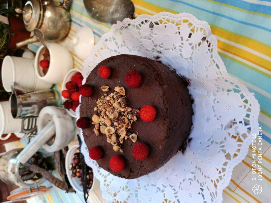 pastel vegano de chocolate crudo