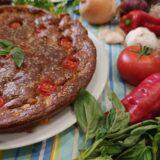 Pastel eco vegano de verano de tomate, albahaca y garbanzo